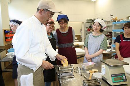清水高校で食品実習<br />~ラザニアとたべづらい。カレーぱんに挑戦~