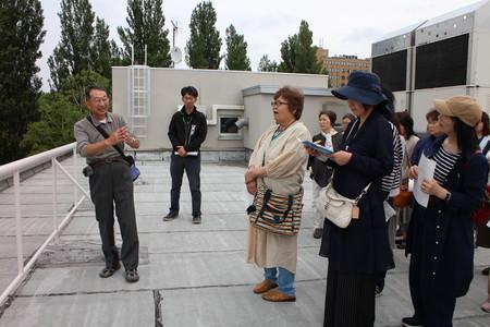 ①庁舎屋上にて北大の圃場を見学.JPG
