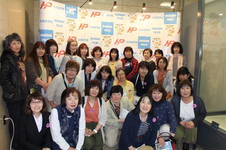⑦記者会見を行う場所で集合写真を撮りました.JPG