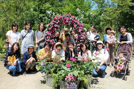 ①綺麗に咲いたバラを囲んで集合写真.JPG