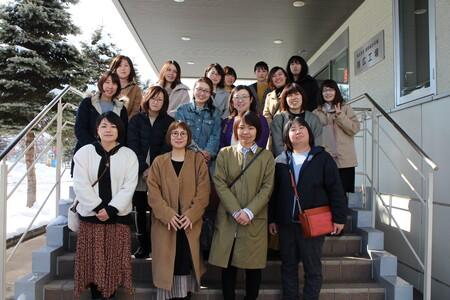 2 道新総合印刷 帯広工場前で集合写真をパチリ☆.JPG